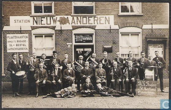 De R.K. fanfare St. Martinus in 1920 voor de halte Gaanderen van de tram bij café Waarbroek aan de Rijksweg.