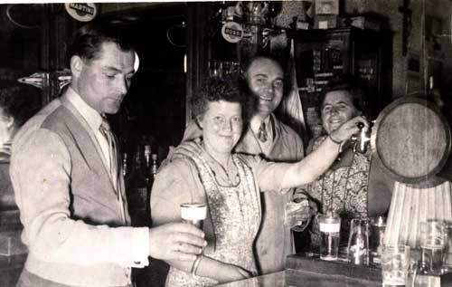 Romain en zijn vrouw Julia,  zijn broer Alfons en diens vrouw Clara